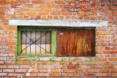 Alte Backsteinmauer mit rostiger Platte des Fensters und des Metalls Lizenzfreie Stockbilder