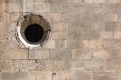 Alte Backsteinmauer mit rundem Fenster Lizenzfreie Stockfotografie