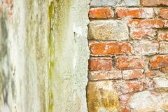 Alte Backsteinmauer mit schädigendem Gips Lizenzfreie Stockfotografie