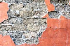 Alte Backsteinmauer mit schädigendem Gips Lizenzfreies Stockbild