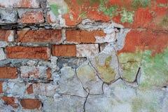 Alte Backsteinmauer mit Schalengips Lizenzfreies Stockfoto