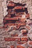Alte Backsteinmauer mit Schalengips-Schmutzhintergrund Stockfoto