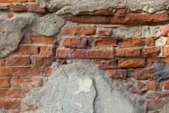 Alte Backsteinmauer mit Schalengips-Schmutzhintergrund Lizenzfreies Stockfoto