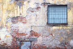 Alte Backsteinmauer mit Schalengips, Schmutzhintergrund Lizenzfreie Stockbilder
