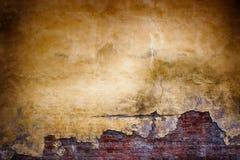 Alte Backsteinmauer mit Schalengips, Schmutzhintergrund Lizenzfreie Stockfotografie