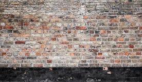 Alte Backsteinmauer mit schwarzem Streifen, flache Beschaffenheit Stockbilder