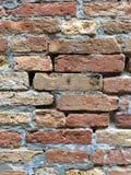 Alte Backsteinmauer mit Sprüngen Lizenzfreies Stockbild