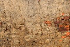 Alte Backsteinmauer mit Sprüngen, für Hintergrundbeschaffenheit Lizenzfreies Stockbild