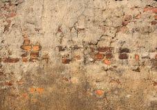 Alte Backsteinmauer mit Sprüngen, für Hintergrundbeschaffenheit Lizenzfreie Stockfotografie