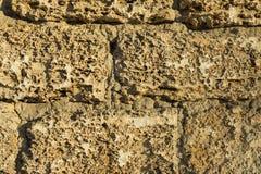 Alte Backsteinmauer mit Sprüngen und Kratzern Lizenzfreie Stockfotos