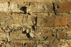 Alte Backsteinmauer mit Sprüngen und Kratzern Stockbild