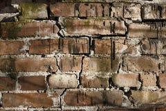 Alte Backsteinmauer mit Sprüngen und Kratzern Stockfotografie