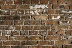 Alte Backsteinmauer mit Sprüngen und Kratzern Lizenzfreies Stockfoto