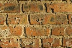 Alte Backsteinmauer mit Sprüngen und Kratzern Stockbilder