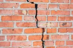 Alte Backsteinmauer mit Sprüngen Wand des roten Backsteins Stockbild