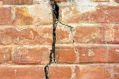 Alte Backsteinmauer mit Sprungshintergrund oder gemasert Lizenzfreie Stockfotografie