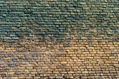 Alte Backsteinmauer mit Spuren der Farbe Stockfotografie