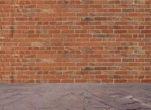 Alte Backsteinmauer mit Steinboden Lizenzfreie Stockfotografie