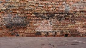 Alte Backsteinmauer mit Steinboden Lizenzfreies Stockbild