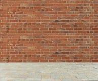 Alte Backsteinmauer mit Steinboden Stockbilder