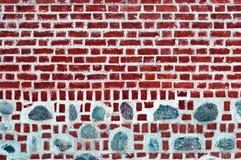 Alte Backsteinmauer mit Steinen Stockfoto