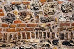 Alte Backsteinmauer mit Steinen Lizenzfreie Stockfotografie