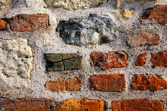 Alte Backsteinmauer mit Steinen Stockfotos