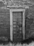 Alte Backsteinmauer mit Tür Stockfotos