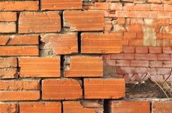 Alte Backsteinmauer mit unscharfem Hintergrund Lizenzfreie Stockfotografie