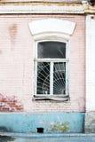 Alte Backsteinmauer mit weißem Fenster Lizenzfreie Stockfotografie
