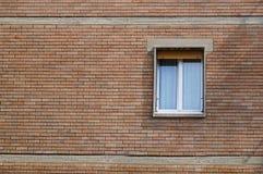 Alte Backsteinmauer mit weißem Fenster Stockfotos