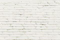 Alte Backsteinmauer mit weißer Farbenhintergrundbeschaffenheit Stockfoto