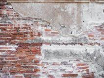 Alte Backsteinmauer mit Zement Stockfoto