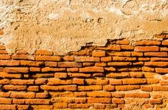 Alte Backsteinmauer mit Zement Stockbilder