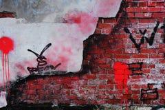 Alte Backsteinmauer mit zerbröckelndem Gips Stockbild