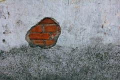 Alte Backsteinmauer mit zerbröckelndem Gips Stockfoto