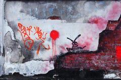 Alte Backsteinmauer mit zerbröckelndem Gips Lizenzfreie Stockfotos