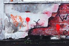 Alte Backsteinmauer mit zerbröckelndem Gips Stockfotografie