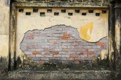 Alte Backsteinmauer mit zerbröckelndem Gips in Hanoi Vietnam Lizenzfreie Stockfotos