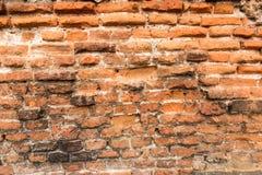 Alte Backsteinmauer mit zerbröckelnden Ziegelsteinen Stockbild