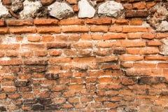 Alte Backsteinmauer mit zerbröckelnden Ziegelsteinen Lizenzfreies Stockbild