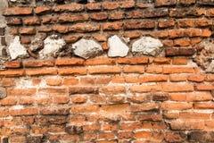 Alte Backsteinmauer mit zerbröckelnden Ziegelsteinen Stockbilder