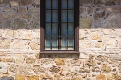 Alte Backsteinmauer mit Ziegelstein gefülltem Fenster Lizenzfreies Stockfoto
