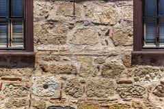 Alte Backsteinmauer mit Ziegelstein gefülltem Fenster Stockfotografie