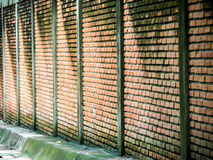 Alte Backsteinmauer neben Weise nach Regenfall Lizenzfreie Stockbilder