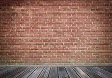 Alte Backsteinmauer und alter Bretterboden Stockfoto