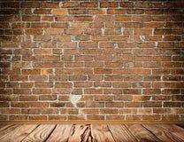 Alte Backsteinmauer und alter Holzfußbodenhintergrund Stockfotografie
