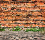 Alte Backsteinmauer und Bürgersteig Stockbild