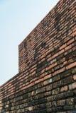 Alte Backsteinmauer und bewölkter Himmel mit selektivem Fokus Lizenzfreie Stockbilder