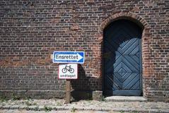 Alte Backsteinmauer und blaue Tür Lizenzfreie Stockbilder
